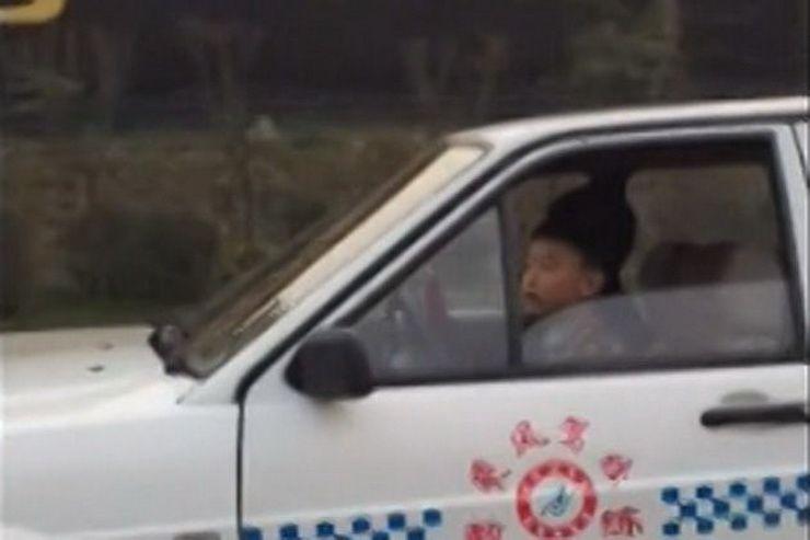ბავშვი მანქანას მართავს, მის გვერდით კი უფროსი მობილურზე თამაშობს (+ VIDEO)