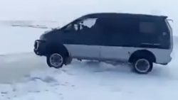 """""""დელიკას"""" მძღოლის თავზეხელაღებული ნახტომი ყინულზე (+ VIDEO)"""